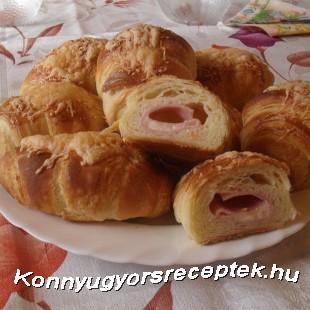 Sajtos sonkás töltött croissant  recept