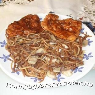 Ropogós fokhagymás mézes csirkemell, pirított tésztával  recept