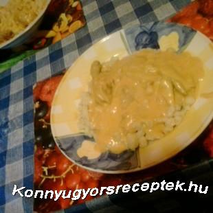 Tejfölös csirke nokedlivel recept