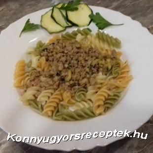 Cukkinis ragú zöldséges orsótésztával. recept